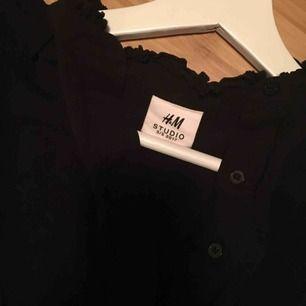 Svart skjorta från H&M studios med öppen bak 🌸 helt i nyskick 🌸 som på andra bilden men svart 🌸frakt på 20kr tillkommer 🌸
