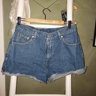 Levis shorts, oklart vilken strl men passar mig som har 38 i vanliga byxor💫Köparen står för frakt🥰