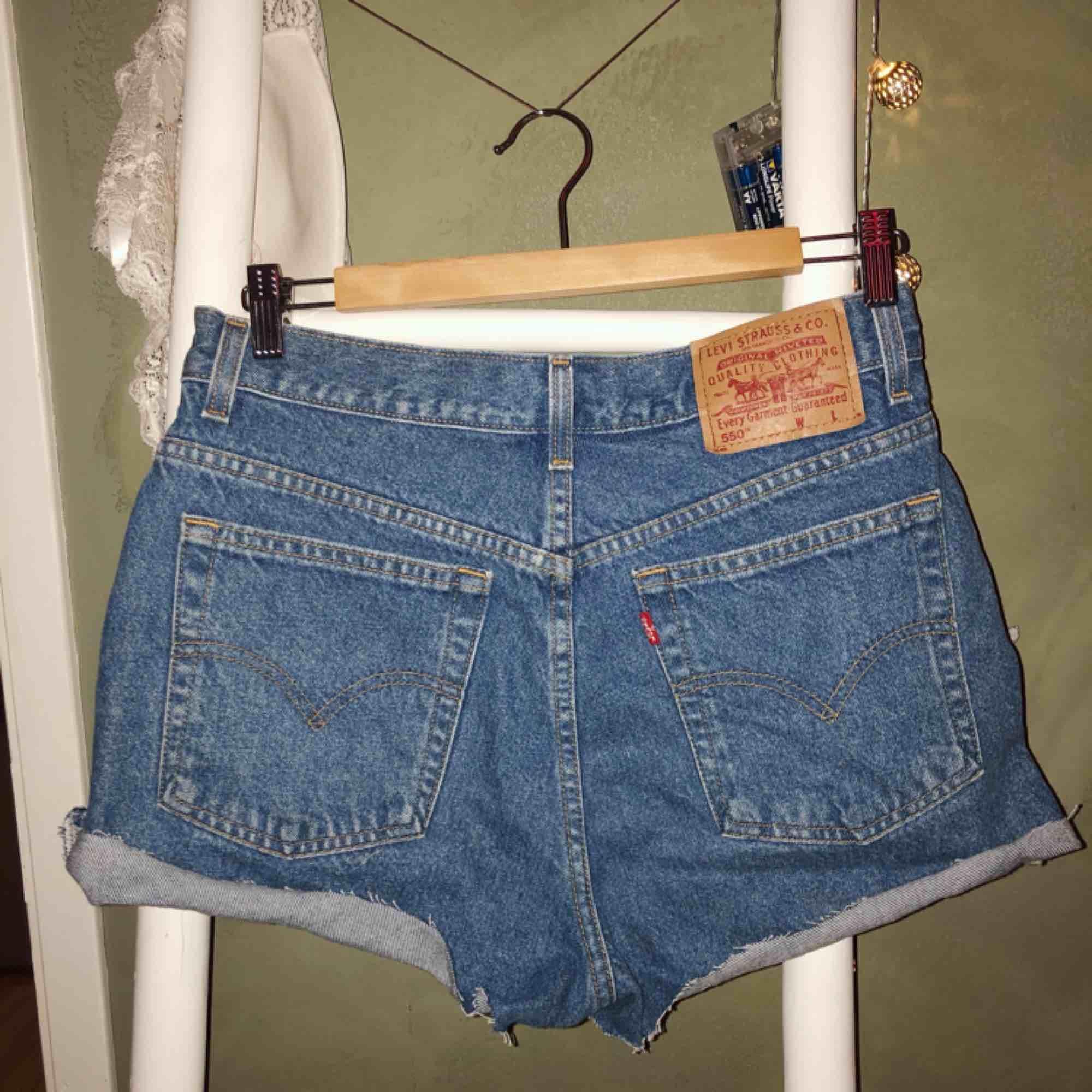Levis shorts, oklart vilken strl men passar mig som har 38 i vanliga byxor💫Köparen står för frakt🥰. Shorts.