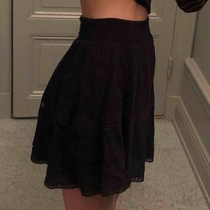 Svart kjol från Gina Tricot. Väldigt stretchig så passar nog även S. Super fint skick (dock ostruken på bilderna).   Kan mötas upp eller posta! Pris kan diskuteras!