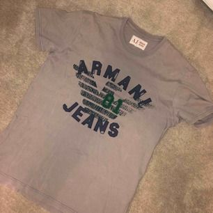 Grå Armani Jeans vintage tröja. Köpt på Humana för typ 100kr. Super i skick. Storlek är oklar men jag skulle säga att den passar S till M.  Kan mötas upp eller posta! Pris kan diskuteras!