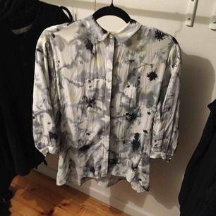 Cool skjorta/blus från Nümph. Strl 36. I grymt bra skick, knappt använd! Frakt ingår i priset! 🌟