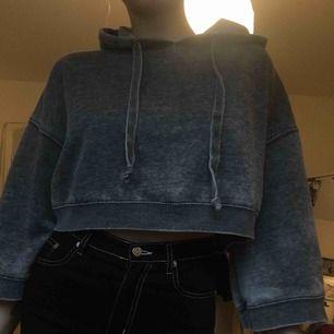 Snygg croppad stoned washed hoodie sjukt snygg till stora trackpants och cargobyxor