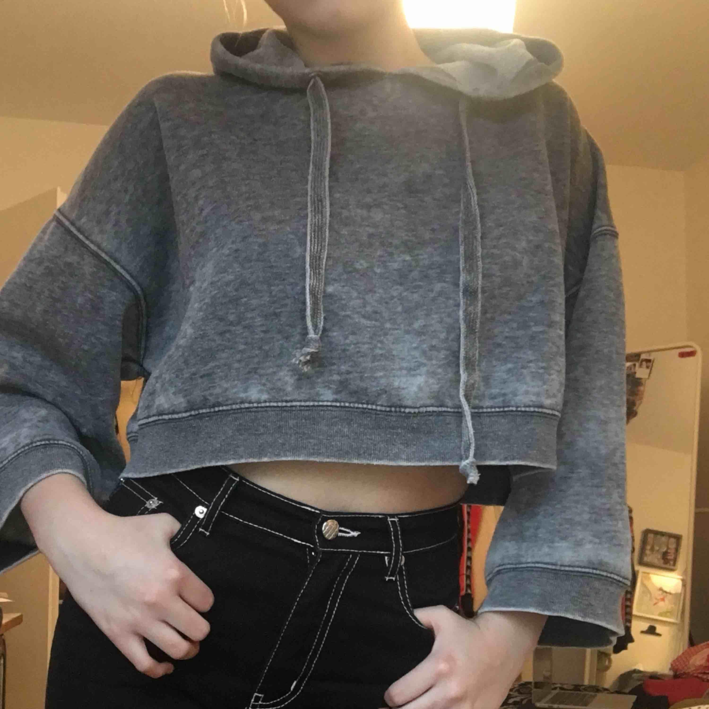 Snygg croppad stoned washed hoodie sjukt snygg till stora trackpants och cargobyxor . Huvtröjor & Träningströjor.