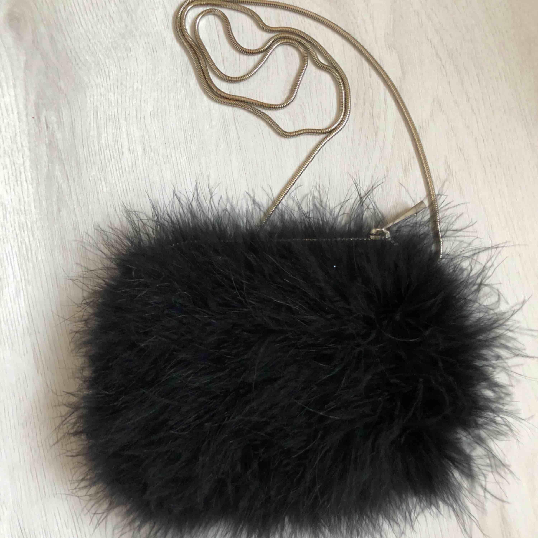 Fluffig fjäderväska från Miss Selfridge. Aldrig använd och så gott som ny! Frakten ligger på 39 kr och den står köparen själv för.. Väskor.