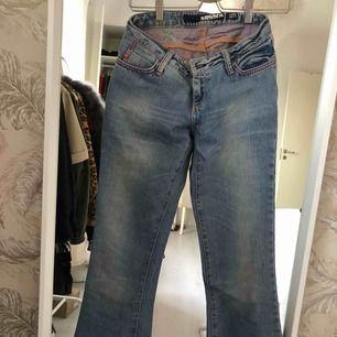 Vintage bootcut jeans från Miss Sixty. Ljusblåa jättefina jeans som är lågmidjade. Byxorna är väldigt små i storleken och är inte så breda i midjan. Frakten står köparen själv för.