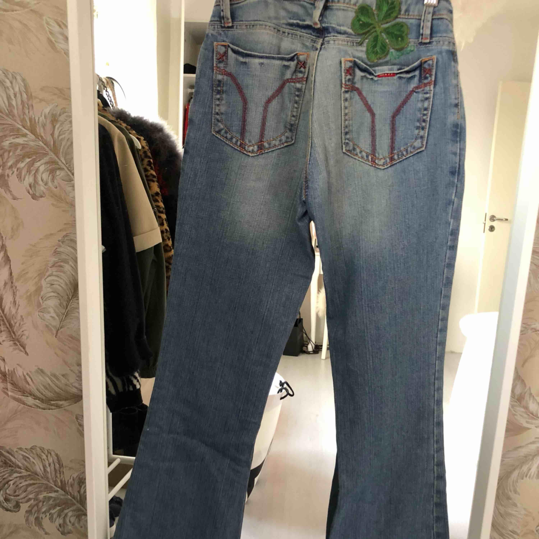 Vintage bootcut jeans från Miss Sixty. Ljusblåa jättefina jeans som är lågmidjade. Byxorna är väldigt små i storleken och är inte så breda i midjan. Frakten står köparen själv för.. Jeans & Byxor.