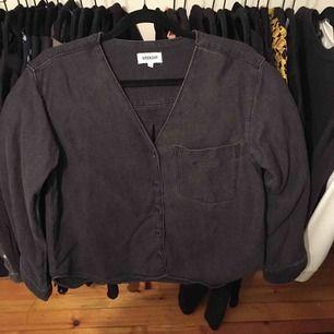 Skjorta från Weekday strl XS. Jeans material. Frakt ingår i priset! 🌟