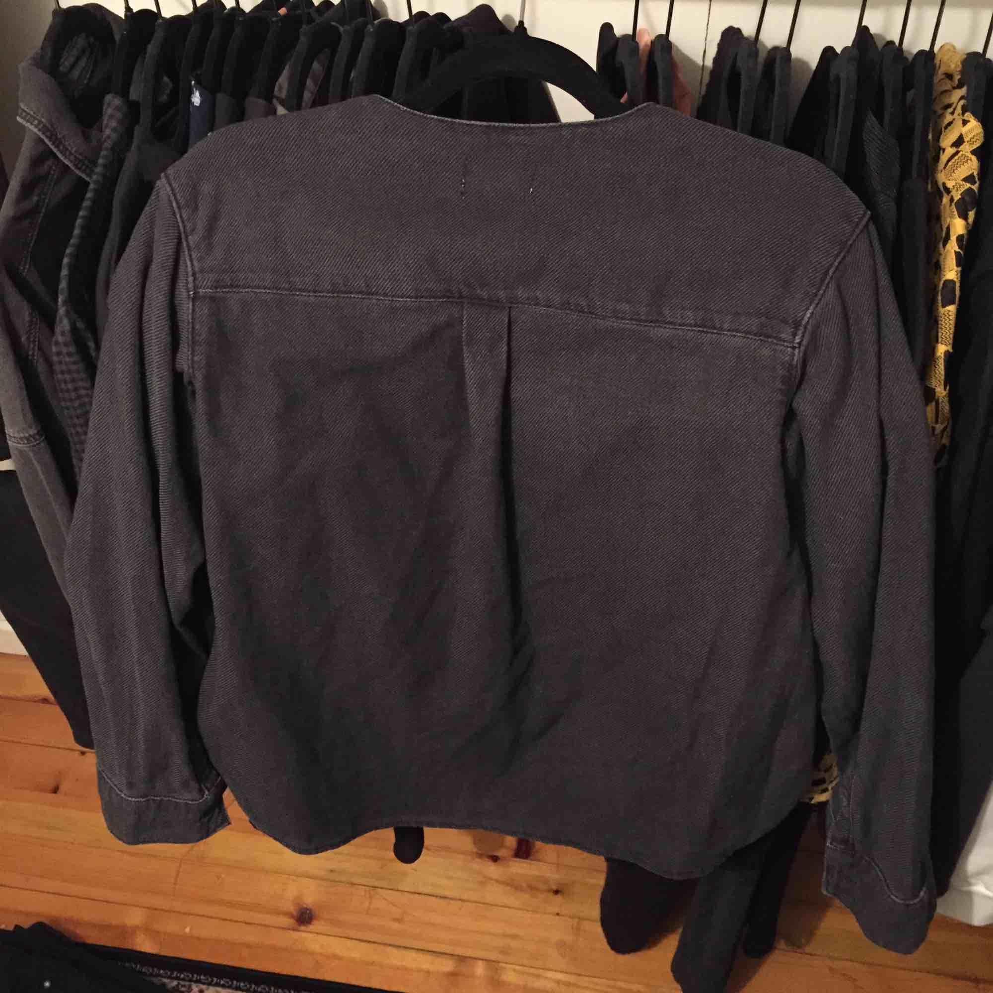 Skjorta från Weekday strl XS. Jeans material. Frakt ingår i priset! 🌟. Skjortor.