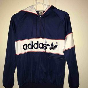 Adidas retro tröja. Jättesnygg och bekväm.Ser ut som ny.