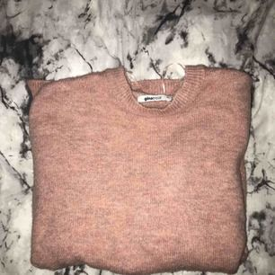 Stickad långärmad tröja från Gina Tricot, säljer pga använder aldrig den. betalning via swish, hämtas i Kumla eller frakt men då står köparen för frakten.