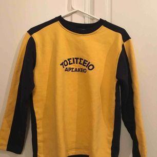 Jättteeeanyyyg retro sweatshirt som ser ut som ny💝 . Mörk blått med gult 💛💙