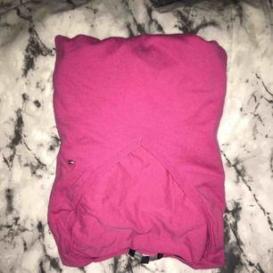 Långärmad tröja från Tommy Hilfiger säjer pga att jag aldrig använder den, betalning via swish, hämtas i Kumla eller frakt men då står köparen för frakten.