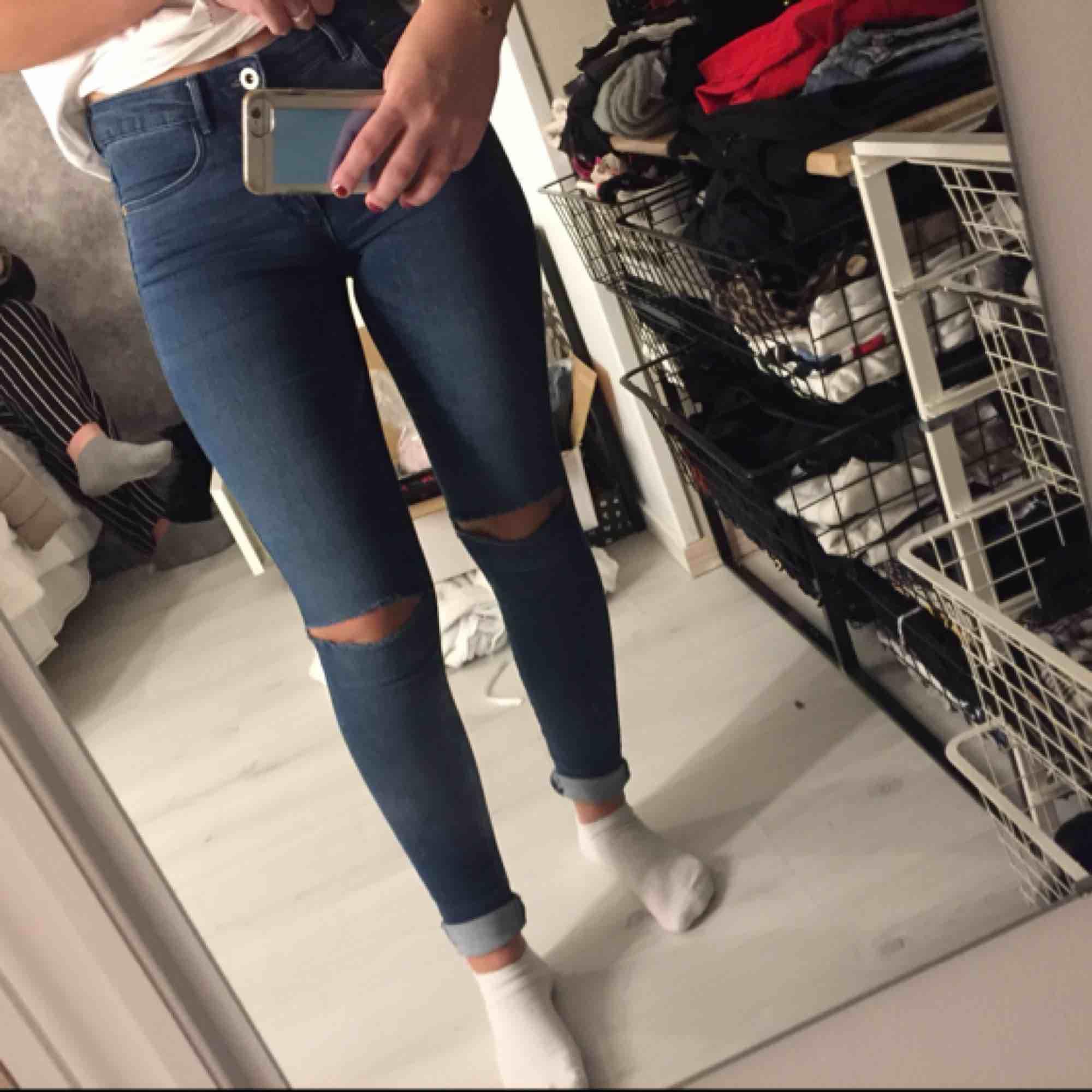 Byxor med hål i! Toppenskick! Köparen står för frakten:p. Jeans & Byxor.