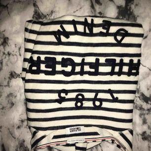 Långärmad tröja från Tommy Hilfiger, nästan aldrig använd säljer pga använder den aldrig, betalning via swish, hämtas i Kumla eller frakt men då står köparen för frakten.