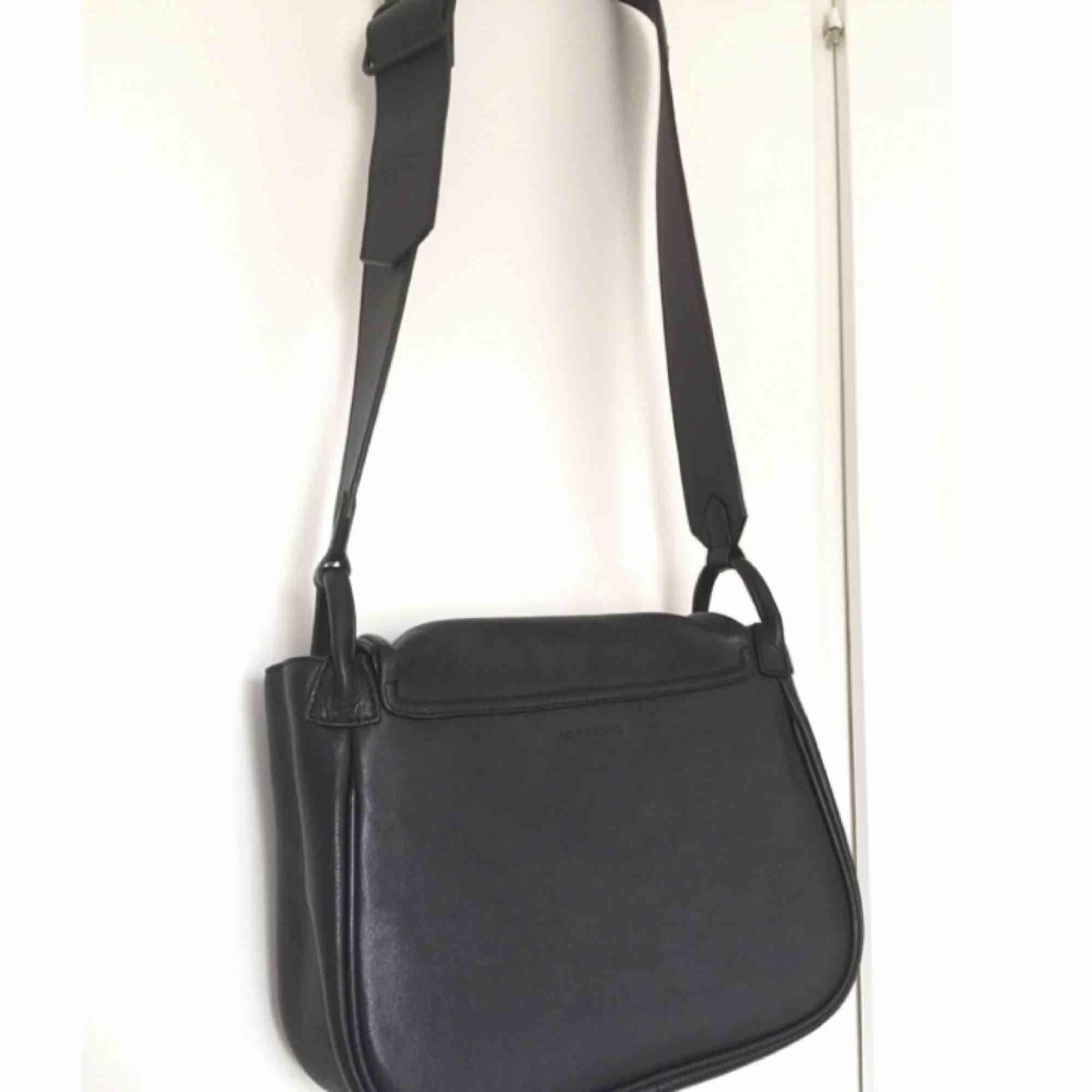 Superfin sadelväska från Vagabond med lite bredare axelrem som har justerbar längd. Lock stängs med magnettryckknapp. Knappt använd så superfint skick.   Mått: Höjd: ca 25,5 cm Bredd ca 27,5 cm Djup ca 10,5 cm. Väskor.