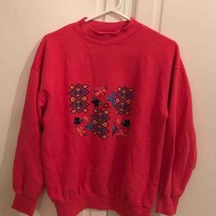 En fin retro tröja med blommig mönster , rosa💗 och passar båda S som oversized och M som normal storlek