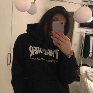 Äkta Thrasher hoodie köpt i somras på deras hemsida för 1000kr. Sparsamt använt, däremot har en tråd från snöret till luvan gått upp lite (inget som syns från anstånd). Säljes för halva priset.