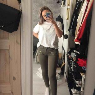 Jättesnygga gröna byxor med dragkedjor! Köparen står för frakt😜