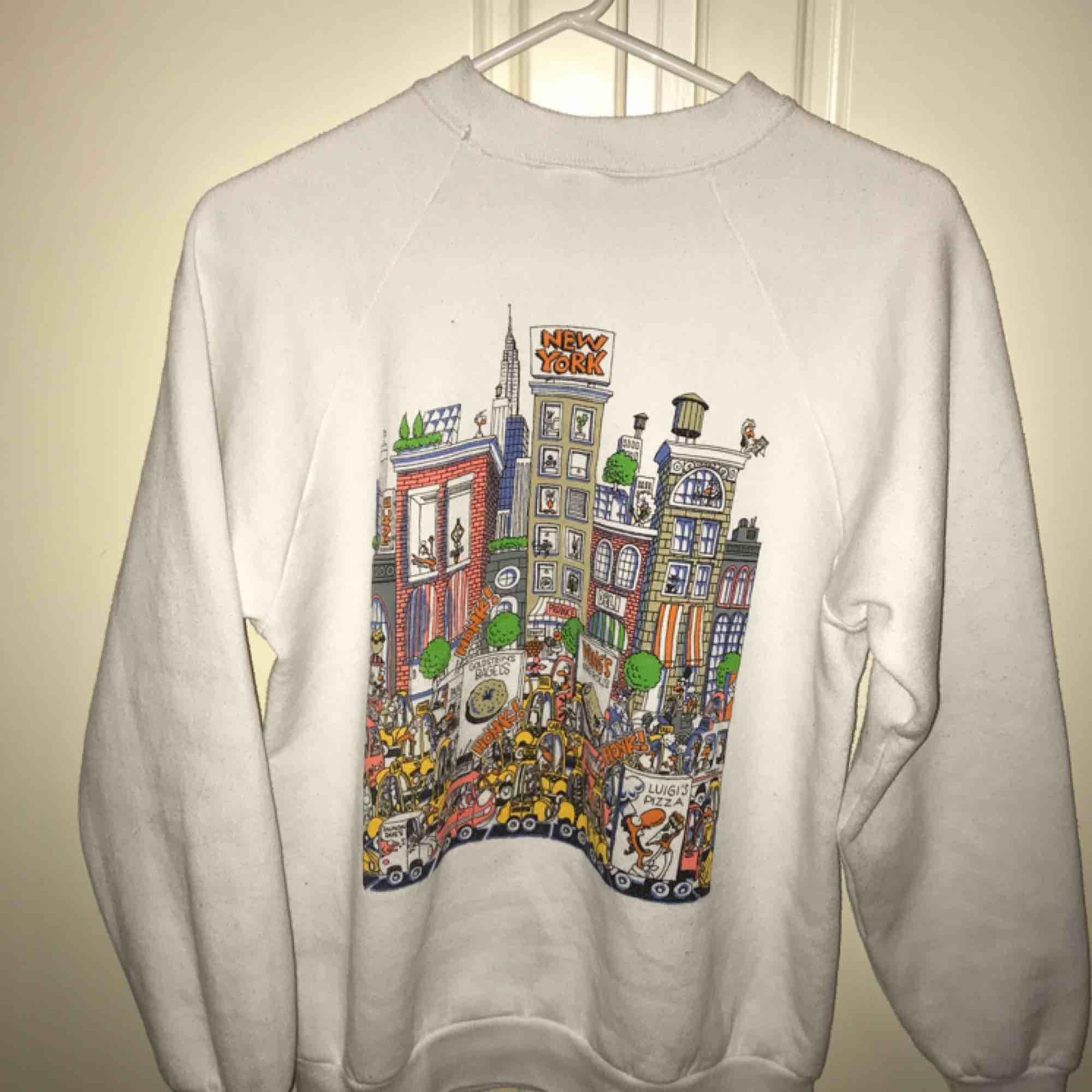 Vit retro New York🗽 tröja med mönster fram och bak. Passar både s och m ☁️. Huvtröjor & Träningströjor.
