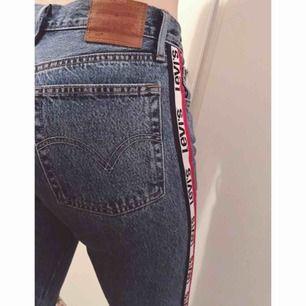 Supersnygga och coola jeans från Levis.  Modell: 501 cropped - straight leg. Hög midja.  Köpta nyligen så knappt använda. Har för många jeans så dessa förtjänar ett nytt hem :)