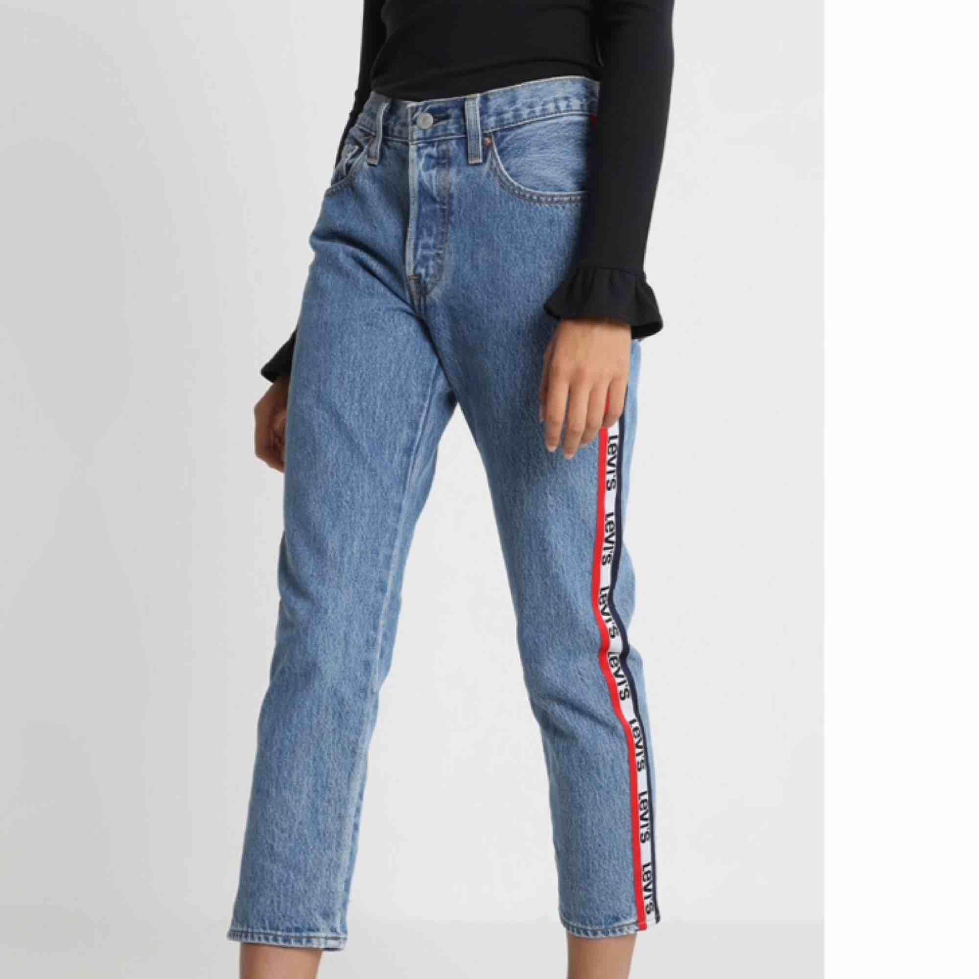 Supersnygga och coola jeans från Levis. Modell: 501 cropped - straight leg. Hög midja. Beninnerlängd: 63 cm. Benytterlängd: 90 cm. Köpta nyligen så knappt använda. Har för många jeans så dessa förtjänar ett nytt hem :) . Jeans & Byxor.