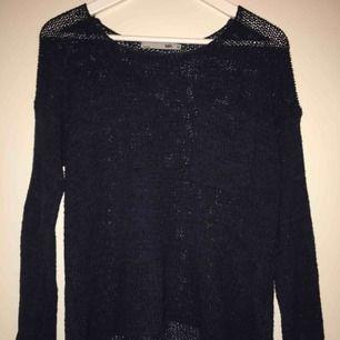 En fin och använd mörkblå stickad tröja som är lite större i storleken, ca M. Säljer denna då den inte kommer till användning längre. Frakt ingår inte i priset men det kan diskuteras.