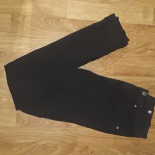 Säljer ett par höga svarta jeans från lager157 i storlek M, skulle säga att dem passar en S också. Få gånger använda. Fraktkostnad tillkommer vid frakt. Väger 264g vilket är frakt på 50 kr. Finns på Teleborg i Växjö, kan mötas i Växjö.