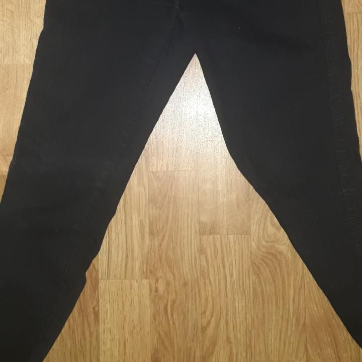 Säljer ett par höga svarta jeans från lager157 i storlek M, skulle säga att dem passar en S också. Få gånger använda. Fraktkostnad tillkommer vid frakt. Väger 264g vilket är frakt på 50 kr. Finns på Teleborg i Växjö, kan mötas i Växjö.. Jeans & Byxor.