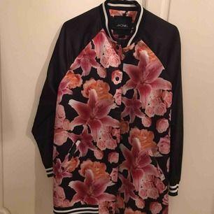En fin och lätt vår/sommar jacka från Monki med blommig mönster , är också lite lång🌈💐
