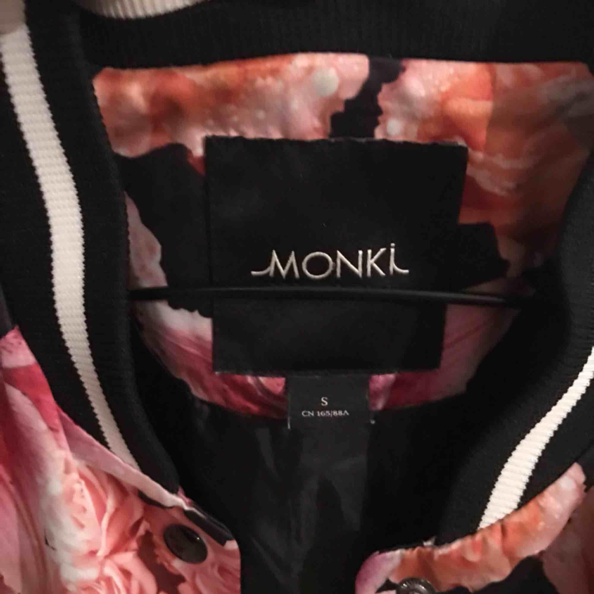 En fin och lätt vår/sommar jacka från Monki med blommig mönster , är också lite lång🌈💐. Jackor.