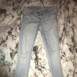 Hollister jeans, nästan aldrig använda, betalning via swish, hämtas i Kumla eller frakt men då står köparen för frakten.
