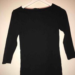 Fin simpel svart tröja från zara med lite kortare armar. Skulle säga storlek S men passar även XS. Frakt ingår inte i priset med det kan diskuteras.