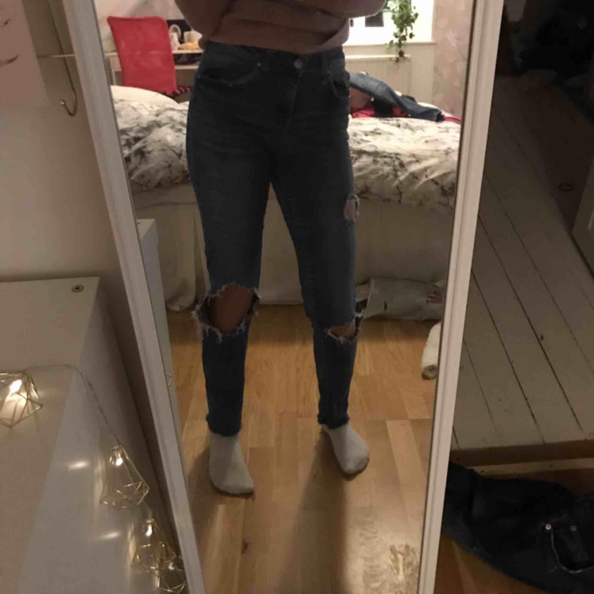 Jeans från Gina Tricot. Använda mycket därav de billiga priset, betalning via swish, hämtas i Kumla eller frakt men då står köparen för frakten.. Jeans & Byxor.