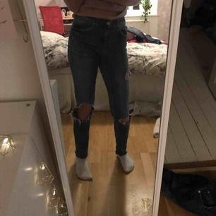 Jeans från Gina Tricot. Använda mycket därav de billiga priset, betalning via swish, hämtas i Kumla eller frakt men då står köparen för frakten.