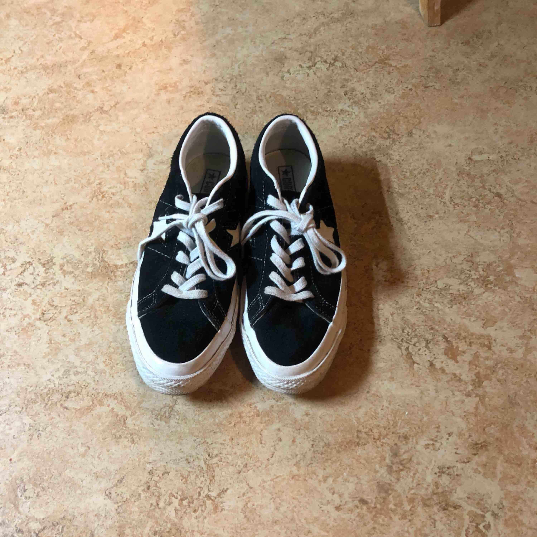 Säljer mina älskade Converse One Star pga har flera svart-vita skor. Använda men i väldigt bra skick, tvätta snörena för en fräsch ny look. Köp dom innan jag ångrar mig. :) Frakt 63 kr. Skor.