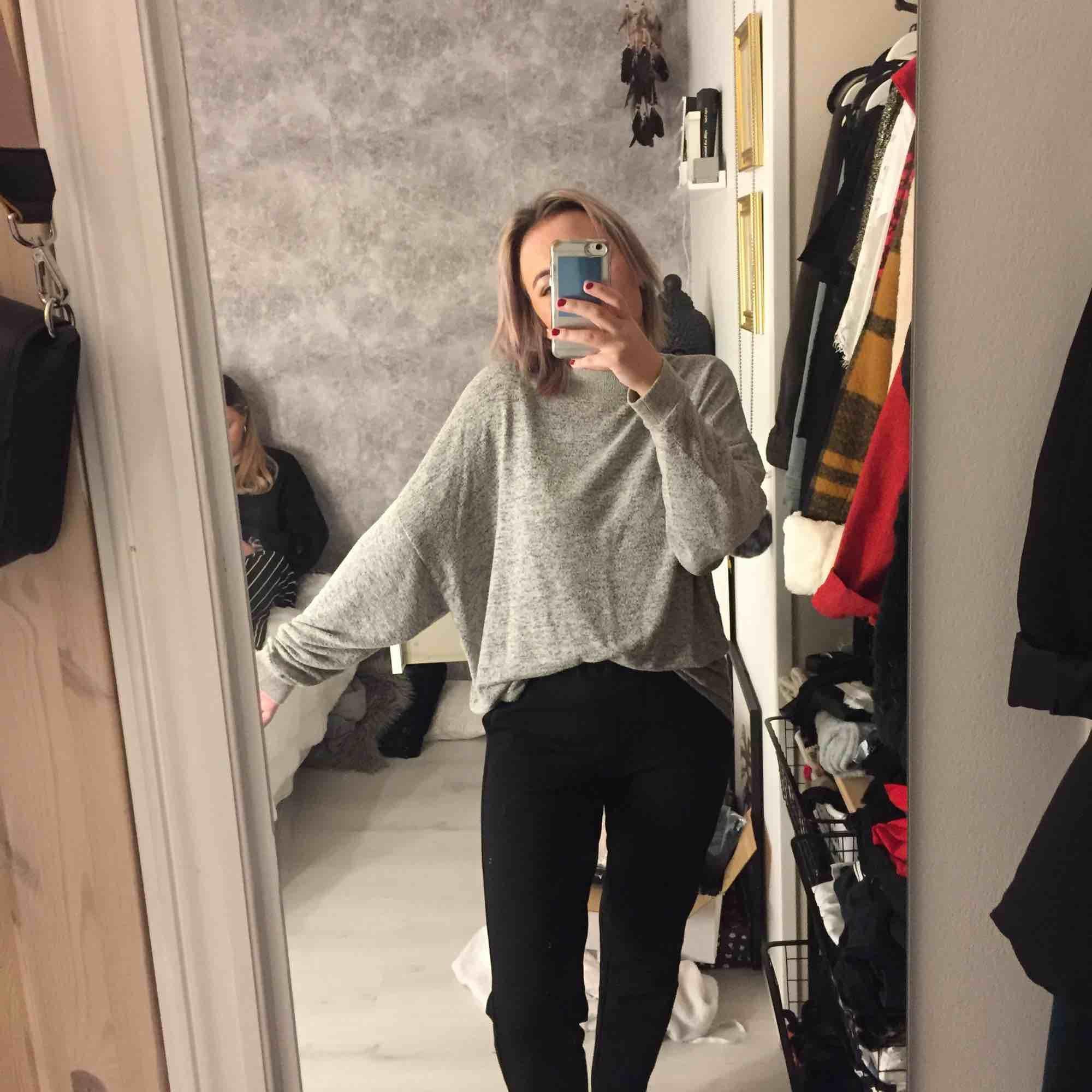 Den skönaste tröjan! Oversize. Går att styla med bälte eller bara ha den hängandes som en påse! Köparen står för en frakt. Stickat.