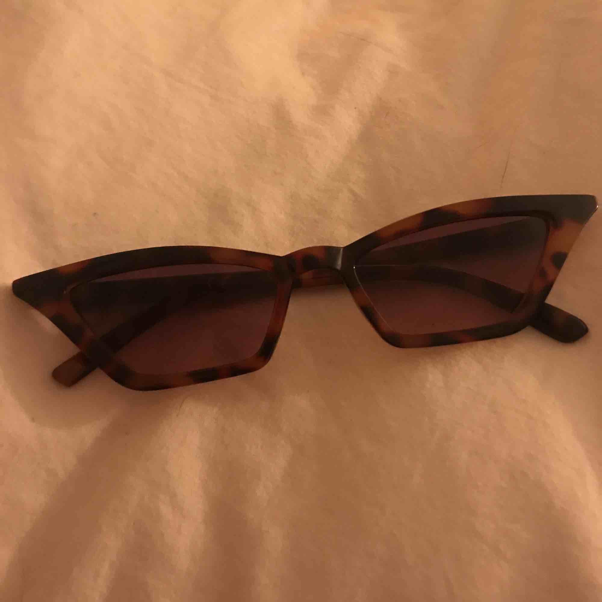 2 par glasögon, 1 par för 100kr, båda två för 150kr   Paret till höger är sålt♥️. Accessoarer.