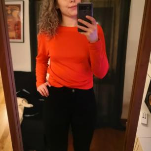 Snygg orange tröja med hål i ryggen från Lindex i storlek S. Mycket fint skick! 50kr inkl. Frakt.