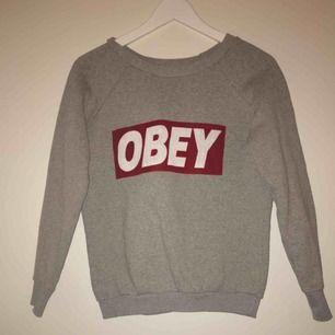 Använd obey tröja i storlek s, fortfarande i bra skick. Pris kan diskuteras men frakt ingår inte i priset.