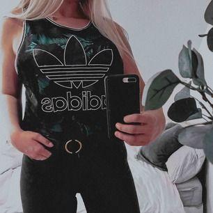 Tjockt snyggt linne/topp från Adidas, endast använd 1 gång. Pris kan diskuteras ☺️