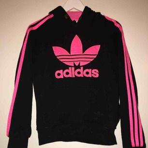 Använd adidas hoodie men fortfarande i gott skick. Frakt ingår inte i priset. Stolek L men skulle säga med S-M beroende på hur man vill att den ska sitta.