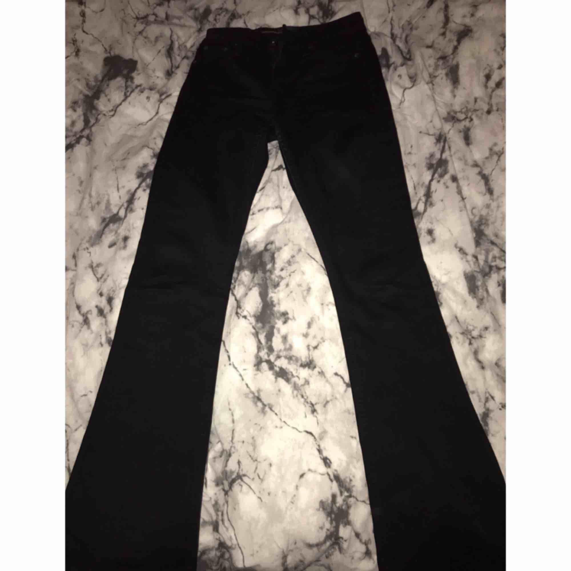 Bootcut byxor aldrig använda, betalning via swish, hämtas i Kumla eller frakt men då står köparen för frakten.. Jeans & Byxor.