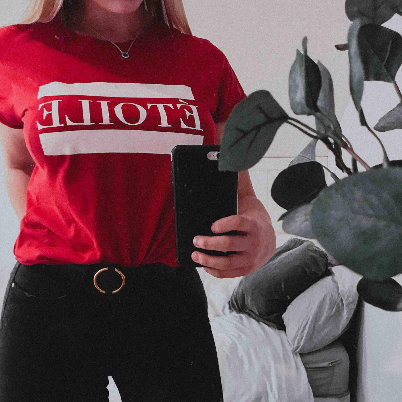 Snygg och mysig röd t-shirt från New Yorker, endast använd 1 gång. ☺️. T-shirts.