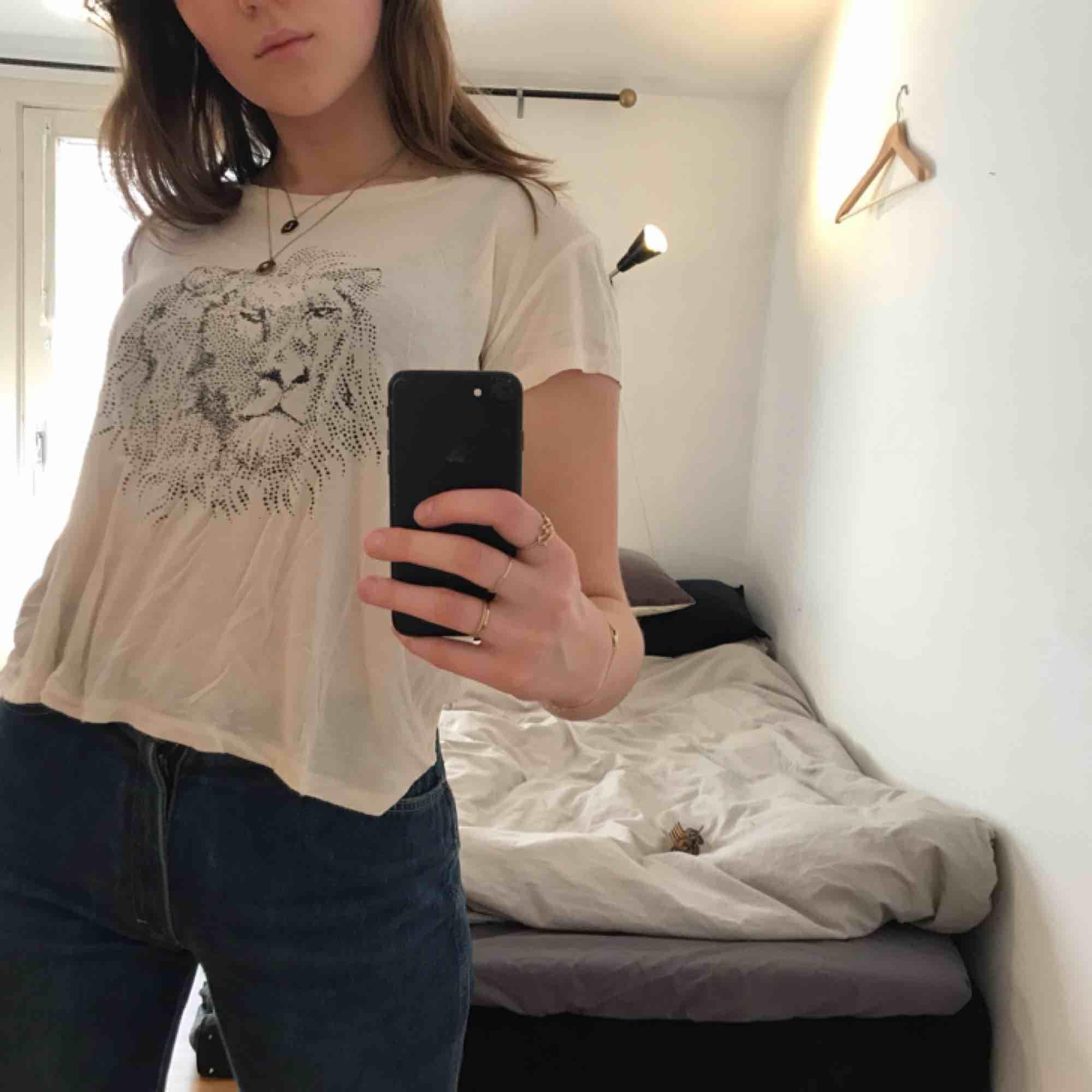 Fin och rätt tunn tröja från GANNI med tryck!. T-shirts.