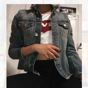 Denna sköna jeansjacka är som ny! Säljer den pga. aldrig använder den💕