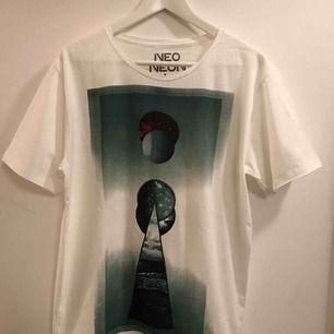 T-shirt i en liten storlek Large, mer som många brukar uppfatta som M. Ny och aldrig använd. Frakt 18:-