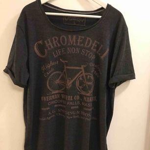 En t-shirt med lite vidare krage i storlek Large, lite oversize modell med uppvikta ärmar, mjukt och härligt tyg. Ny och aldrig använd! 18;- i frakt, eller kan hämtas upp i Enskededalen