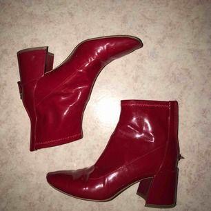 Snygga röda boots från Bershka! Använda några gånger men inget slitage! Materialet är high shine, lite likt en regnkappas material! Väldigt bekväma att strosa runt i! Betalning via swish! Kan mötas upp i Lund/Malmö, alt posta (köparen står då för frakten)