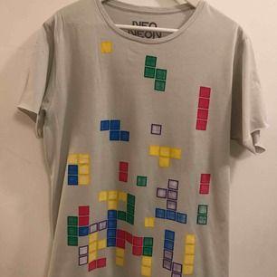 Tetris t-shirt, står storlek Large, men är mer som en Medium. Ny och inte använd. Frakt 18:-